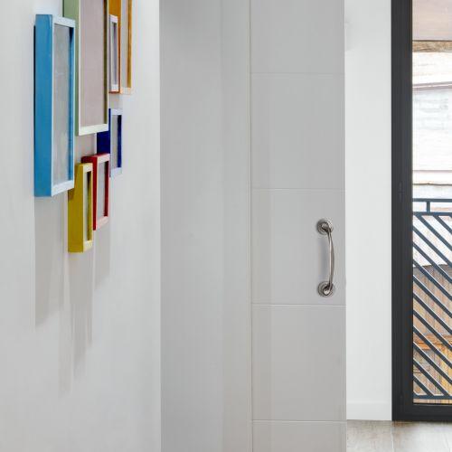 Emuca Tirador curvo con rosetas de diámetro 50 mm para puertas correderas, Aluminio, Níquel satinado, 4 un.