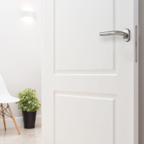 Emuca Manivelas con roseta oval para puertas de interior, forma de L, acero inoxidable, Níquel satinado, 2 sets.