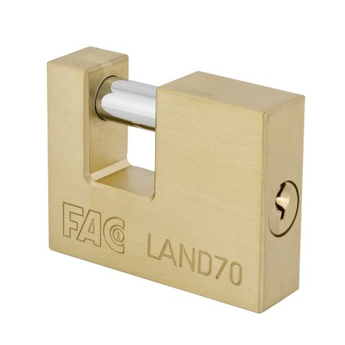 Candado FAC rectangular con acabado en latón y arco endurecido.